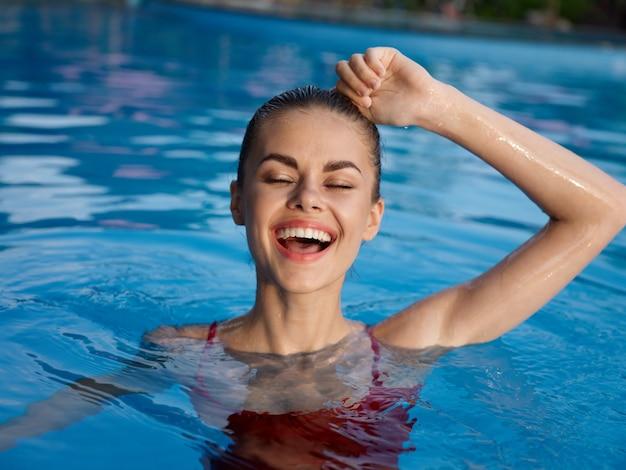 Femme joyeuse en maillot de bain dans la piscine nature émotions luxe