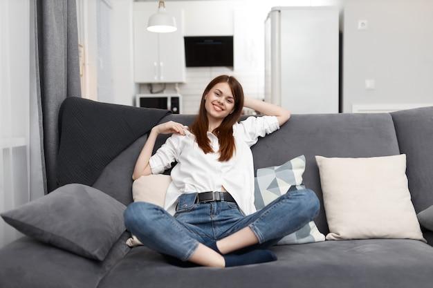 Femme joyeuse à la maison dans l'appartement reste du temps libre