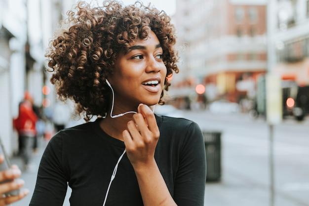 Femme joyeuse parlant à travers un casque