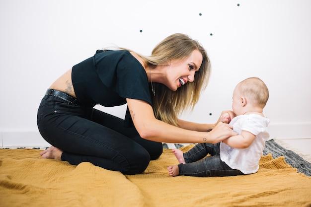 Femme joyeuse parler à bébé