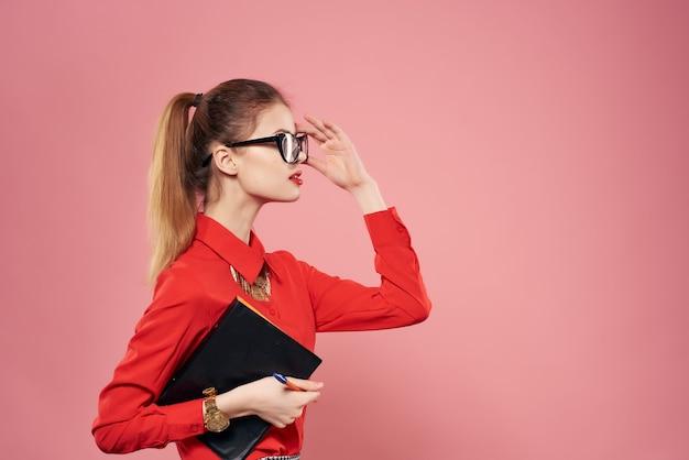 Femme joyeuse portant des lunettes de style de vie de travail chemise rouge