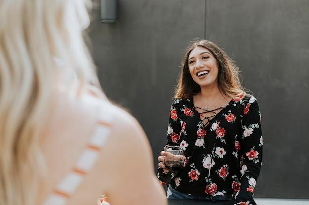 Femme joyeuse profitant d'une fête