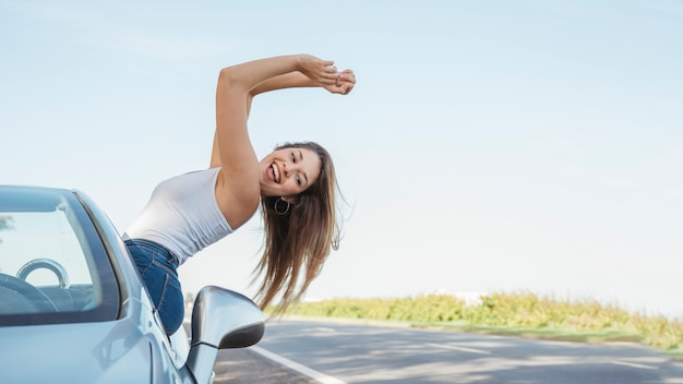 Femme joyeuse sur un road trip
