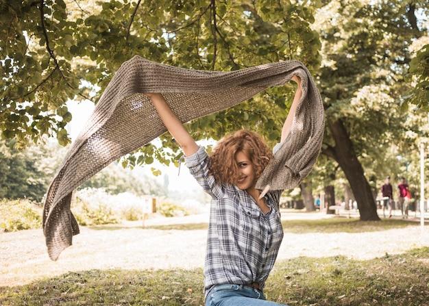 Femme joyeuse s'amuser avec une écharpe