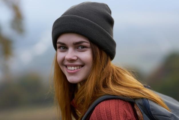 Femme joyeuse touriste dans les montagnes en plein air voyage en gros plan