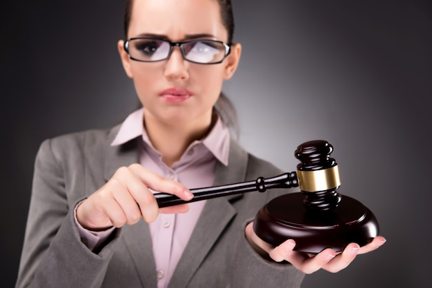 Femme, juge, à, marteau, dans, justice, concept