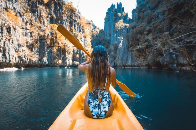 Femme kayak dans le petit lagon d'el nido, palawan, philippines - blogueuse voyage explorant les meilleurs endroits d'asie du sud-est