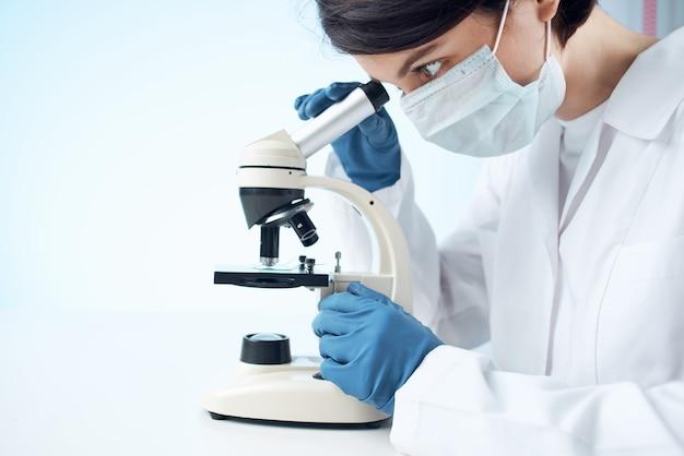 Femme en laboratoire diagnostic de masque médical science professionnelle. photo de haute qualité