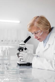 Femme en laboratoire faisant des expériences