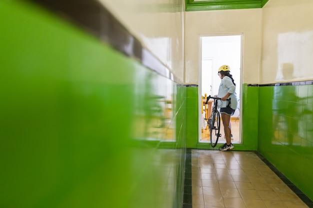 Femme laissant son petit appartement sur son vélo