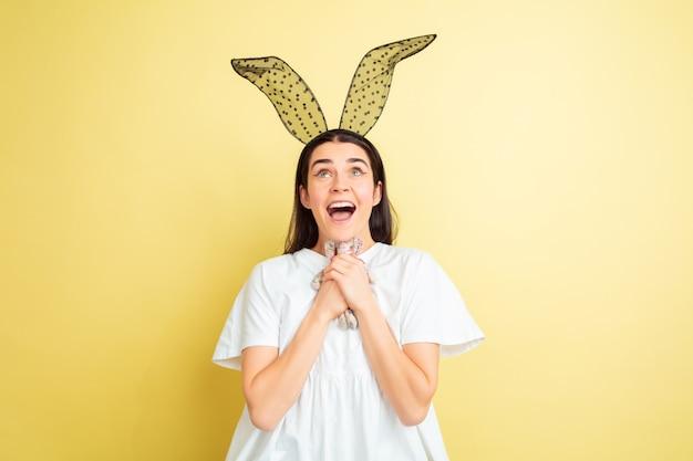 Femme de lapin de pâques avec des émotions vives sur studio jaune