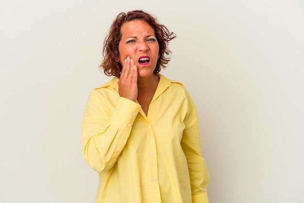Femme latine d'âge moyen isolée sur fond blanc ayant une forte douleur dentaire, une douleur molaire.