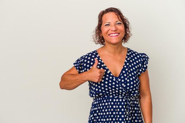 Femme latine d'âge moyen isolée sur fond blanc souriant et levant le pouce vers le haut
