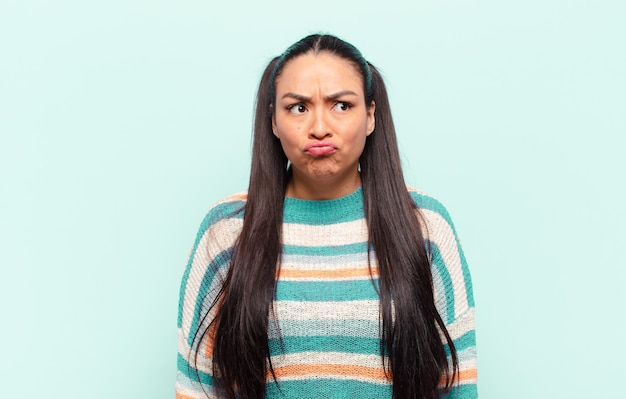 Femme latine à l'air maladroit et drôle avec une expression stupide qui louche, plaisantant et s'amusant
