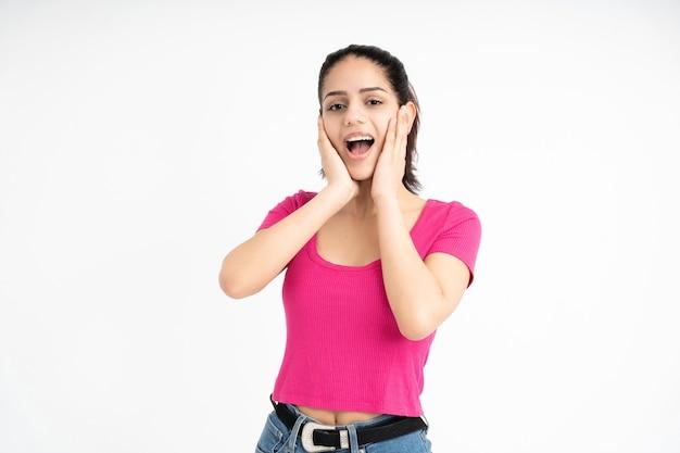 Femme latine avec un geste de surprise sur fond blanc