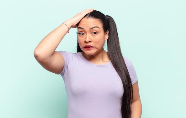 Femme latine paniquant à cause d'une date limite oubliée, se sentant stressée, devant couvrir un gâchis ou une erreur