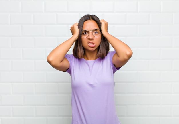 Femme latine se sentant frustrée et ennuyée, malade et fatiguée de l'échec, marre des tâches ennuyeuses et ennuyeuses
