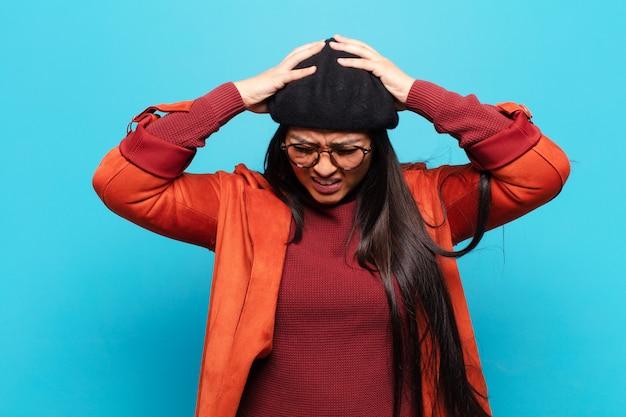 Femme latine stressée et frustrée