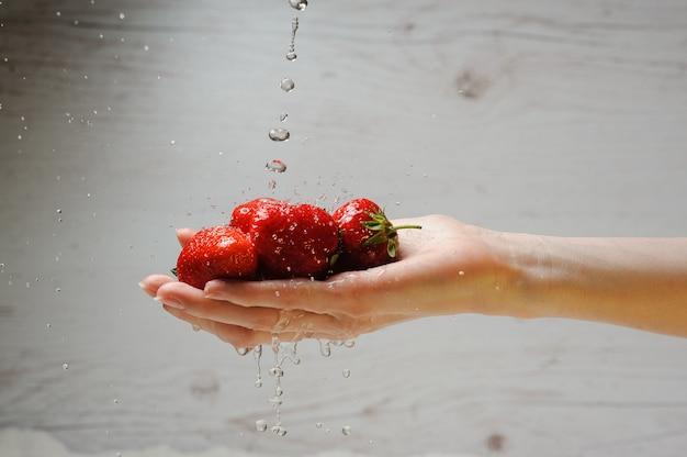 Femme lave une fraise