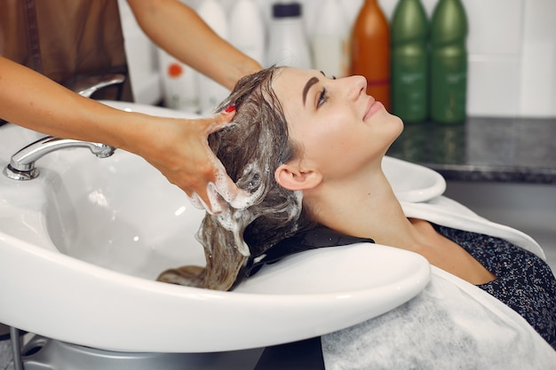 Femme, laver tête, dans, a, hairsalon