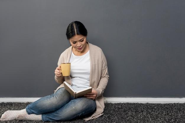 Femme, lecture, boire, café