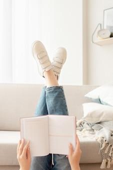 Femme, lecture, livre, donner coup pied, haut