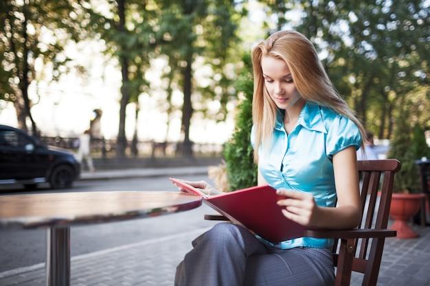 Femme, lecture, menu, café, rue