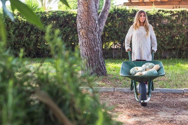 Femme avec des légumes dans un chariot