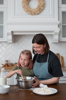 Femme lesbienne cuisinant avec sa fille