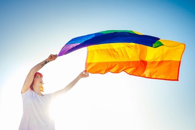 Femme lesbienne avec drapeau de la fierté gay. concept lgbt