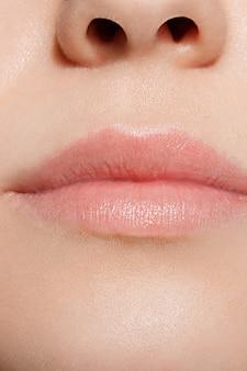 Femme lèvres maquillage naturel femme. vue rapprochée.