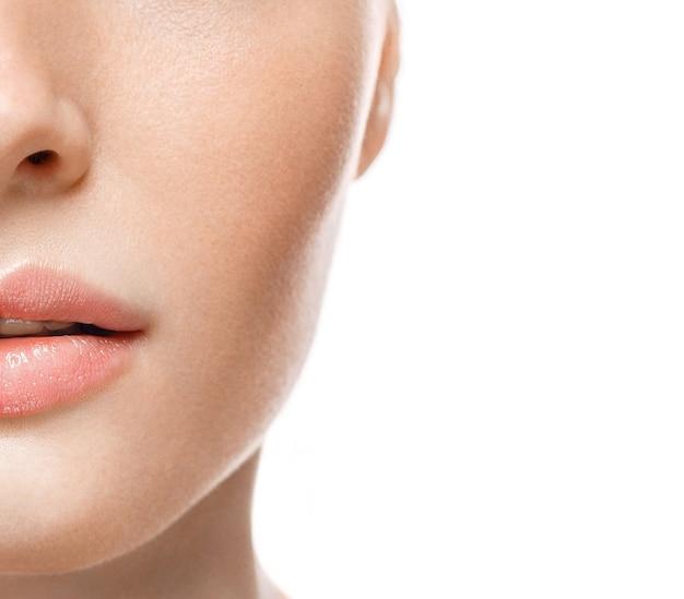 Femme lèvres nez demi-visage