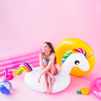 Femme sur une licorne gonflable