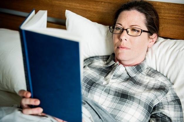 Une femme lisant au lit