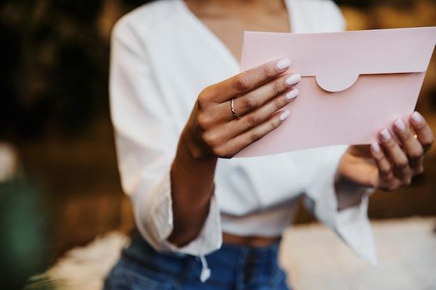 Femme lisant une carte postale