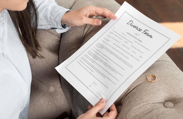 Femme lisant le formulaire de divorce