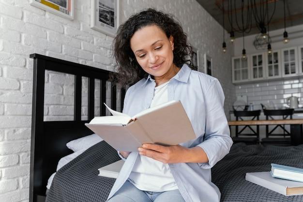 Femme lisant livre coup moyen