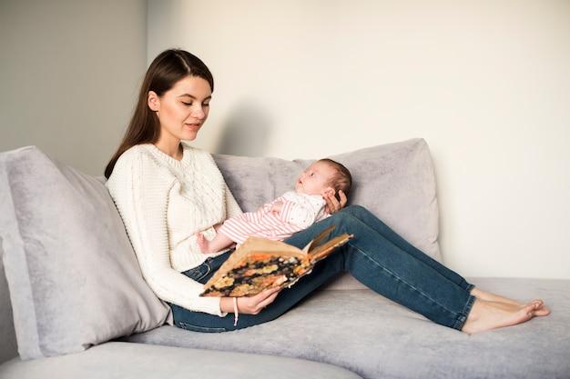 Femme lisant un livre à la fille