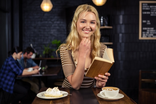 Femme lisant un livre