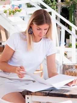 Femme lisant un magazine de maquette