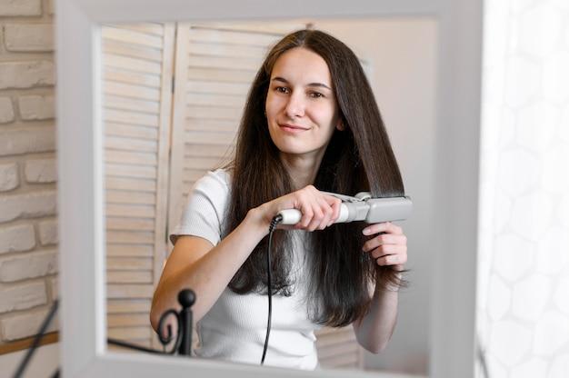 Femme lissant ses cheveux