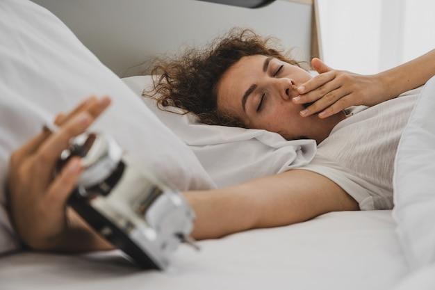 Une femme sur le lit au matin
