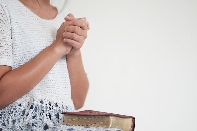La femme lit la bible.