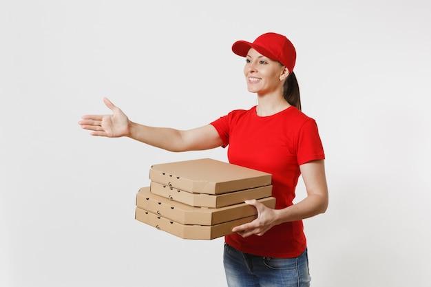 Femme de livraison au bonnet rouge, t-shirt donnant des boîtes à pizza pour commande de nourriture isolées sur fond blanc. courrier féminin debout avec la main tendue pour saluer, tenant une pizza italienne dans une boîte plate en carton.