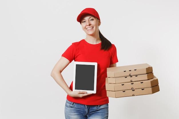 Femme de livraison au bonnet rouge, t-shirt donnant une commande de nourriture pizza italienne dans des boîtes en carton plates isolées sur fond blanc. courrier féminin holding tablet pc avec écran vide noir vide.