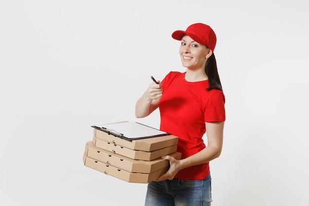 Femme de livraison au bonnet rouge, t-shirt donnant une commande de nourriture pizza italienne dans des boîtes en carton plates isolées sur fond blanc. courrier féminin tenant le presse-papiers avec document papiers, feuille vide vierge.