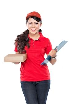 Femme de livraison heureuse avec presse-papiers et emballage