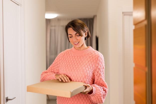 Femme avec livraison de nourriture