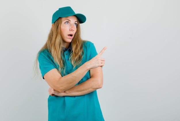 Femme de livraison en t-shirt, casquette pointant vers l'extérieur et à la confusion