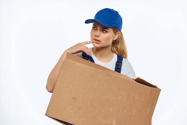 Femme en livraison de vêtements spéciaux et coursier sans contact chargeur
